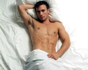 Мужчина лежит на кровате