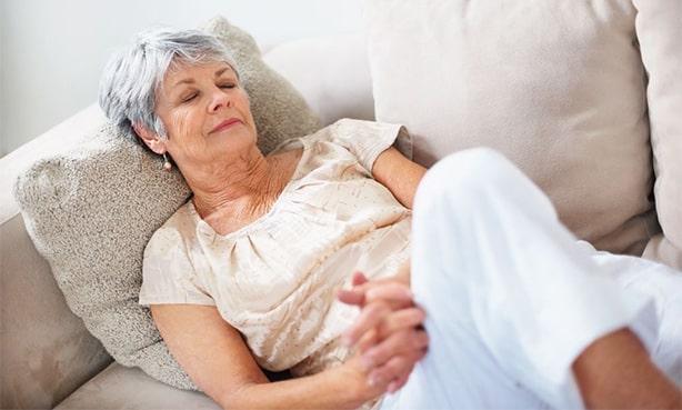 Женщина на диване, отдыхает