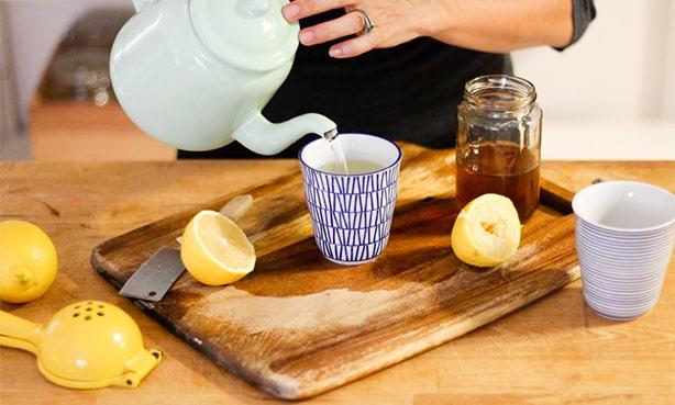 Стакан воды с лимоном и медом