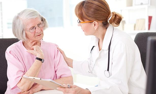 Пенсионерка на приеме у терапевта