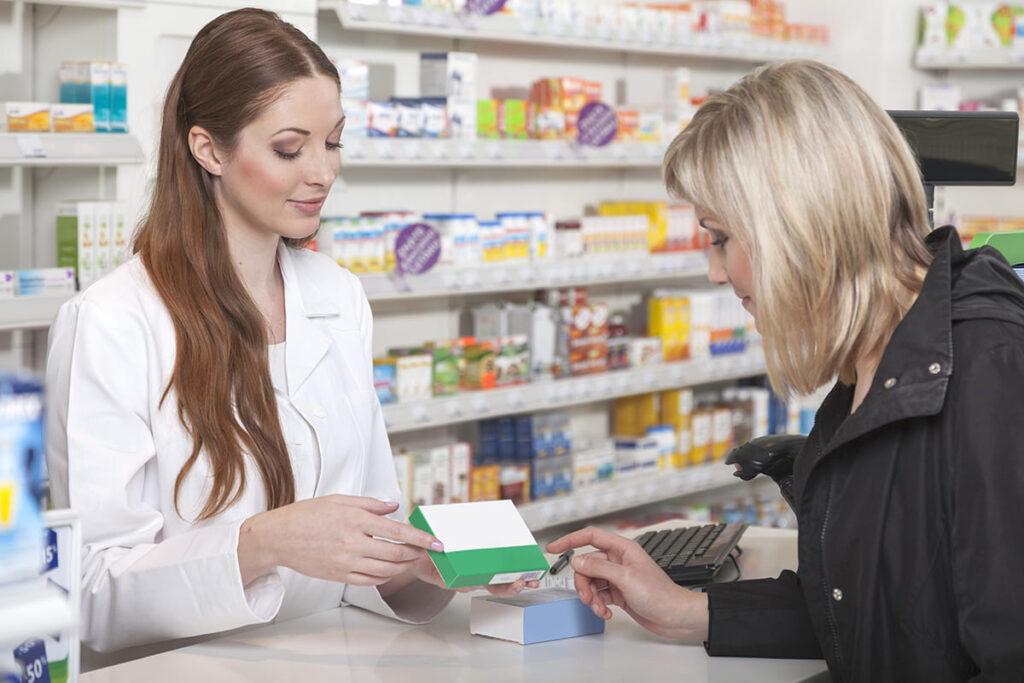 Фармацевт беседует с покупателем