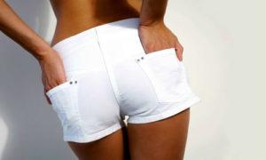 Девушка в коротких шортах