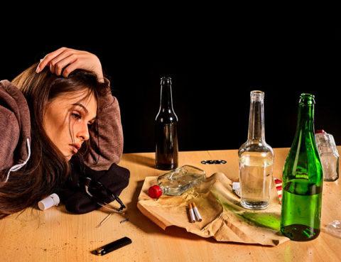 Алкоголь и курение – первые враги женского здоровья.