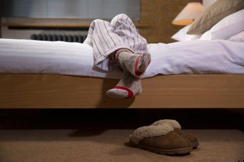 Ноги свисают с кровати