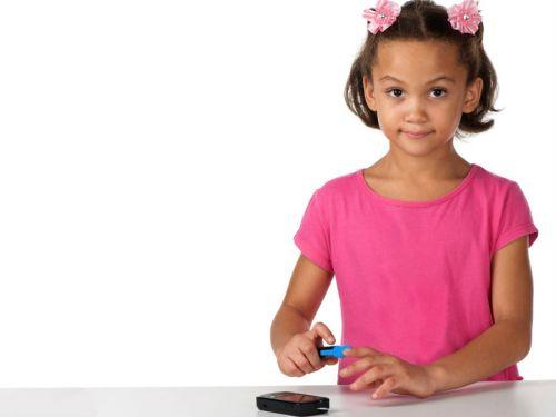 Ребенок проверяет уровень глюкозы в крови