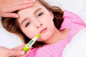 Девочка держит градусник во рту