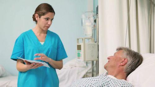 Врач разговаривает с пациентом