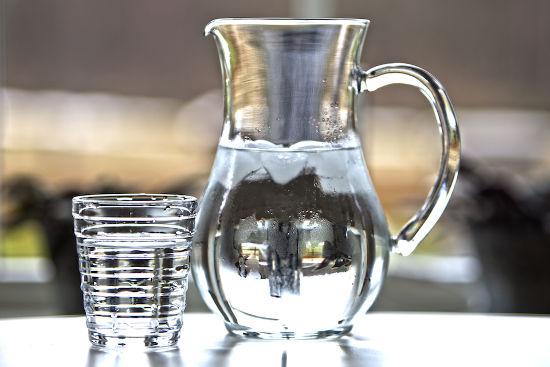 Кувшин и стакан воды
