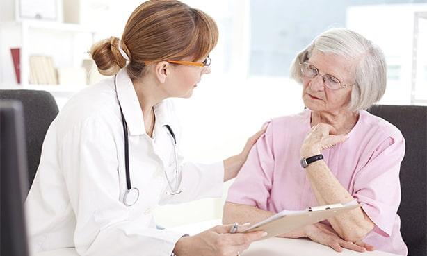 Пожилая женщина на приеме у терапевта