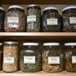 Хранить лекарственные растение необходимо в закрытых емкостях в сухом и прохладном помещении.