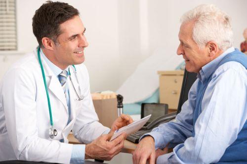 Пациент разговаривает с врачом