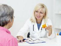Врач показывает лекарства пациентке