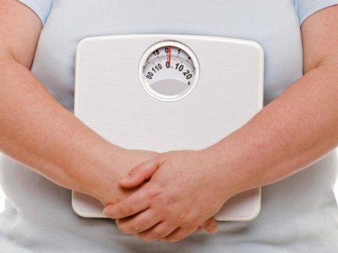 Лишний вес – одна из основных причин, создающих внутриутробное давление на органы МВС.