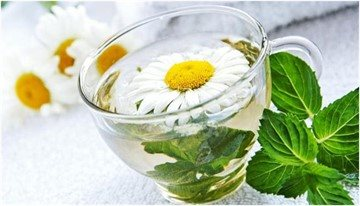 Настой ромашки с мятой и валерианой обладает противовоспалительными, успокаивающими, расслабляющими свойствами.
