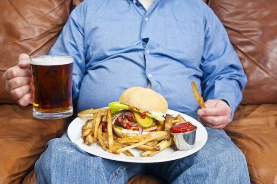 Мужчина с пивом и картошкой фри