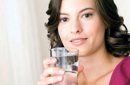 Женщина со стаканом воды