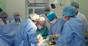Новообразование может лечиться хирургическим путем, особенно при активном росте опухоли.