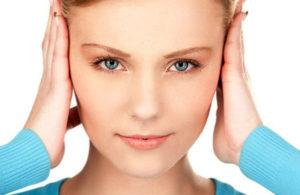 Девушка закрывает уши