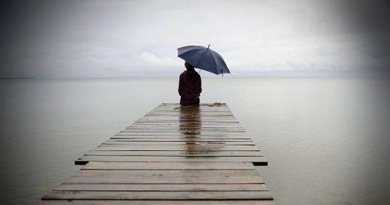 Одинокий человек на пирсе