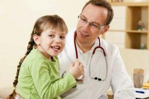 Девочка на приеме у доктора