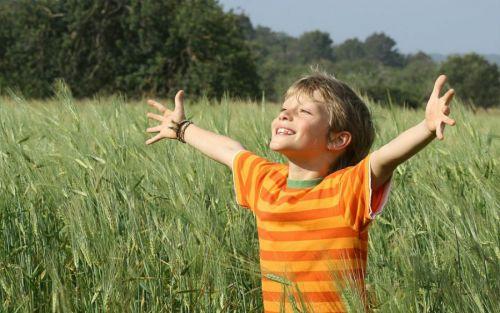 Ребенок гуляет на природе