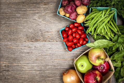 Употребление большого количества свежих фруктов и овощей.