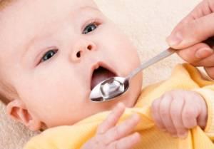 малыш принимает витамин д
