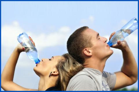 Вода вымывает патологические бактерии из мочевого пузыря и стимулирует мочеиспускание
